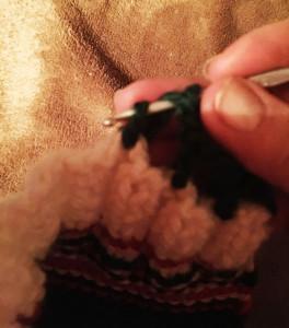 Формируем петельки, обвязывая крючком